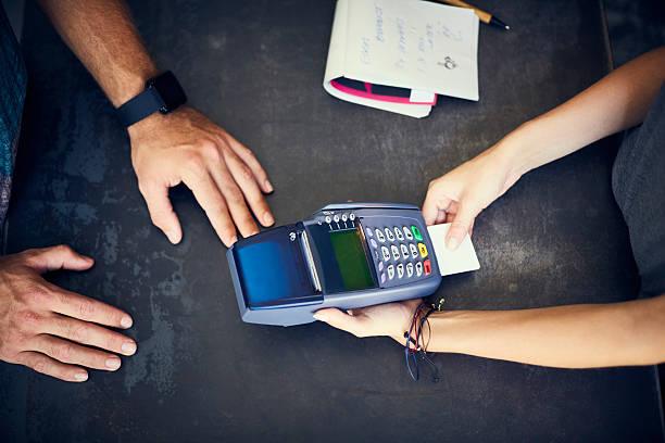 Café caissier insertion de carte de crédit dans un lecteur - Photo