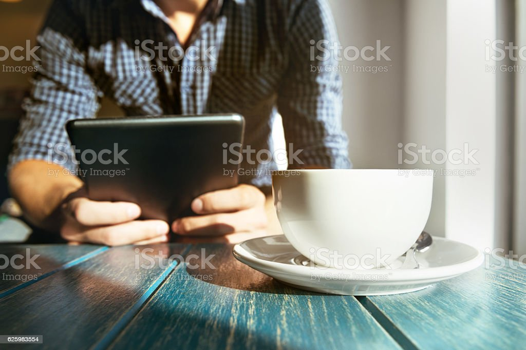 Cafe coffee man tablet computer closeup concept - foto de stock