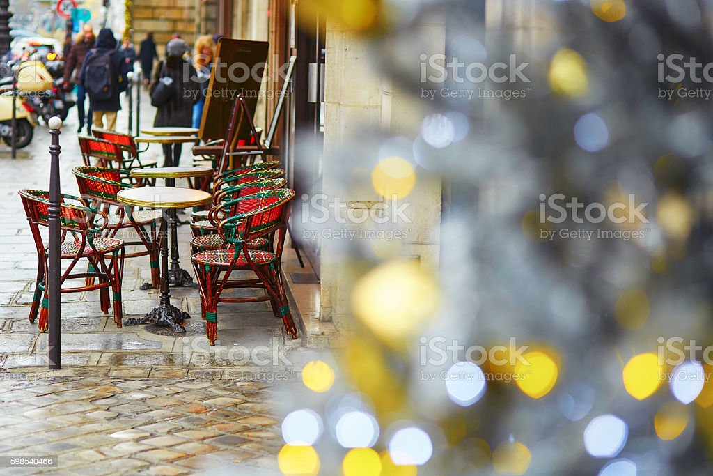 Cafe in Paris decorated with Christmas photo libre de droits