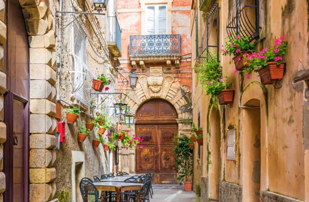 cafe masa ve sandalyeler dışında eski rahat sokak şehirde positano, i̇talya - i̇talyan kültürü stok fotoğraflar ve resimler