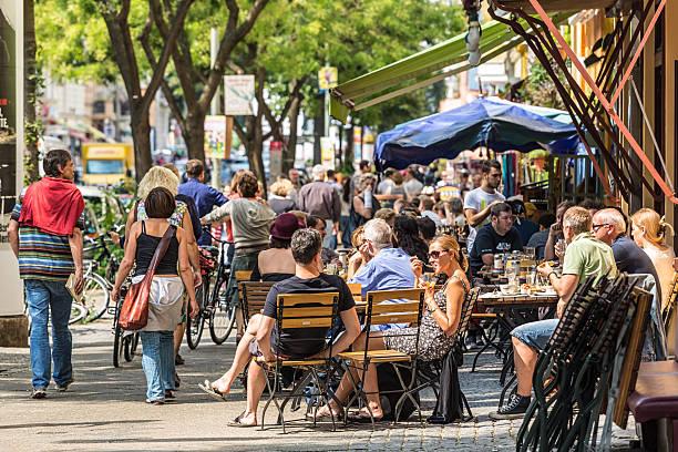 cafe mit vielen menschen in berlin - kreuzberg stock-fotos und bilder