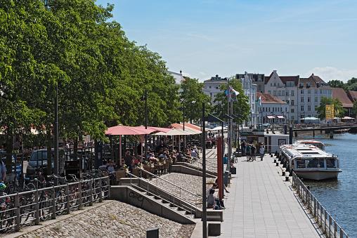 뤼베크 독일의 오래 된 마을에 Trave 강의 은행에 관광객 들으로 카페 강에 대한 스톡 사진 및 기타 이미지