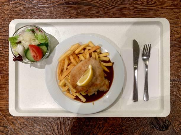 Cafeteria Essen Schnitzel mit Fries – Foto