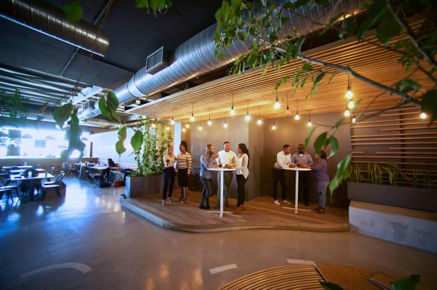 kafeterya kahve zaman açık ofis arkadaşları için rahat - havalı tutum stok fotoğraflar ve resimler