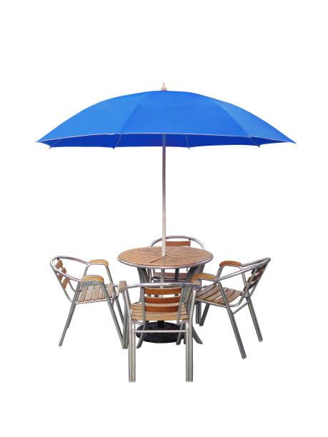 caffe tisch stuhl sonnenschirm, isoliert auf weißem hintergrund - sonnenschirm terrasse stock-fotos und bilder