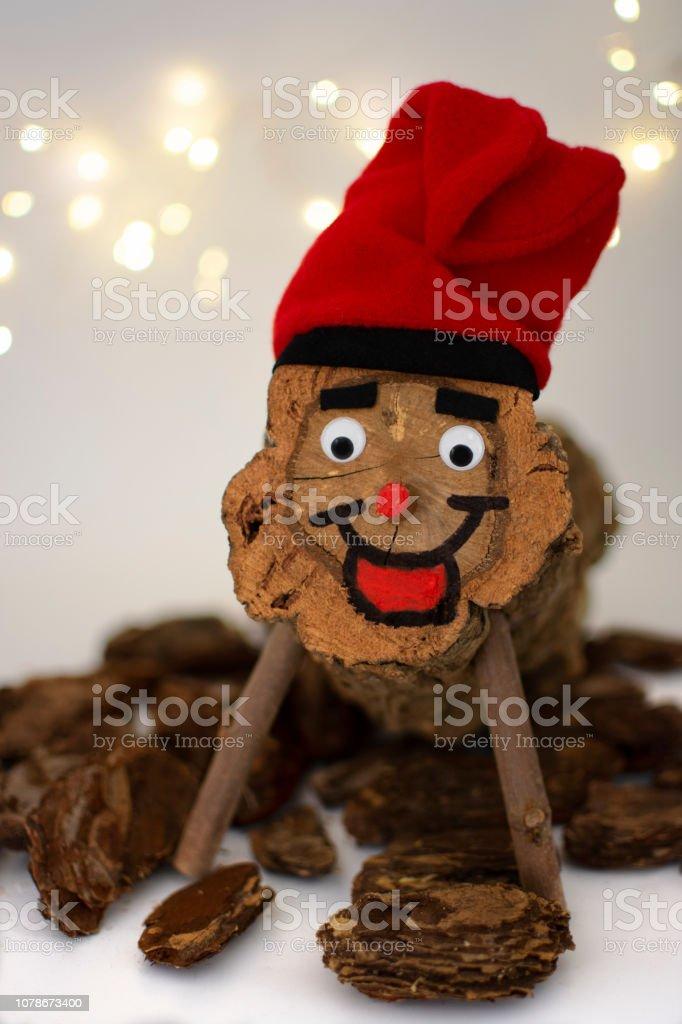 Wer Bringt Weihnachtsgeschenke In Spanien.Caga Tio Auf Weißem Hintergrund Und Farbe Katalonienweihnachtstradition Einen Pice Aus Holz Mit Typisch Katalanischen Hut Bringt Geschenke Für