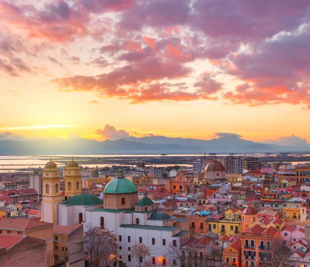 skyline di cagliari al tramonto, panorama serale della sardegna capitale, italia - sardegna foto e immagini stock