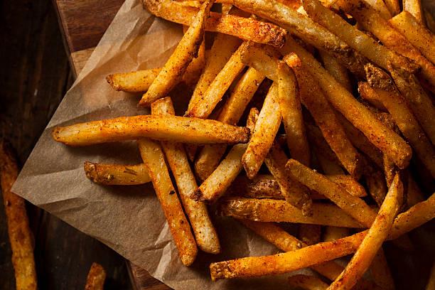 cajun seasoned french fries - patat stockfoto's en -beelden