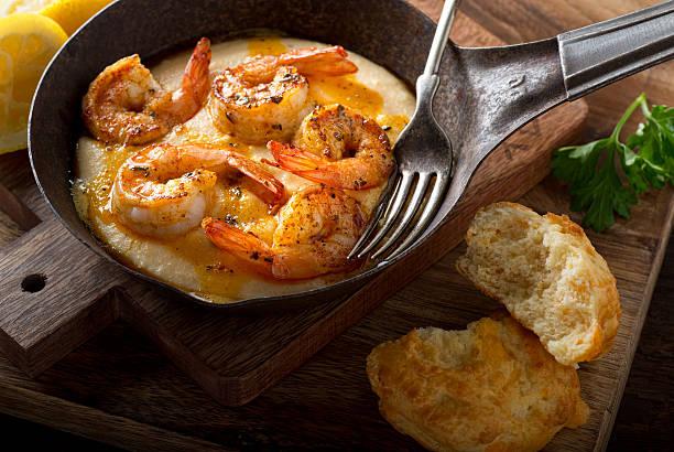 cajun style shrimp and grits - rolão - fotografias e filmes do acervo