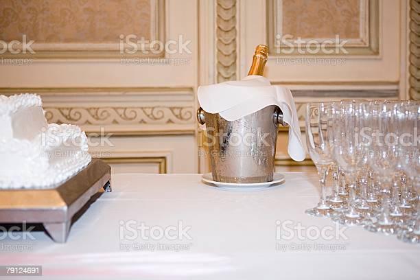 Торт и шампанское - Стоковые фото Без людей роялти-фри
