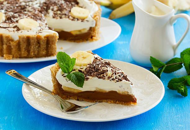 """banoffi-torte """""""" mit karamel und banane. - gebackene banane stock-fotos und bilder"""
