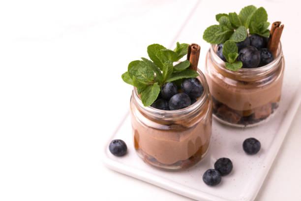 Kuchendessert. Schokoladenmousse mit Heidelbeere, Minze und Zimt – Foto