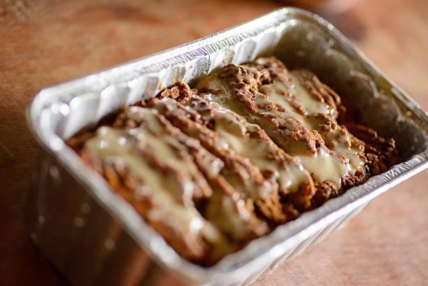 kuchen in folie loaf pan - alufolie backofen stock-fotos und bilder