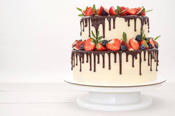 kek çikolata, çilek ile dekore edilmiştir. - pasta stok fotoğraflar ve resimler