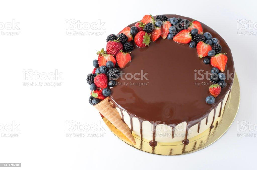 Fotografia De Pastel De Chocolate Decorado Con Cono De Waffle Fresas