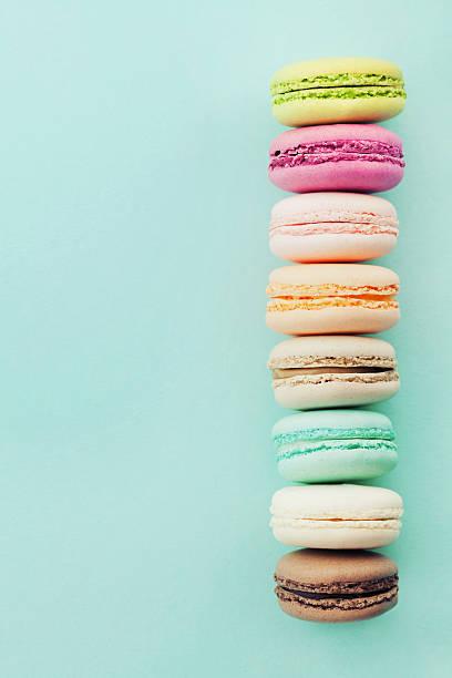 cake macaron, macaroon on blue background. almond biscuits. flat lay. - macaroon - fotografias e filmes do acervo