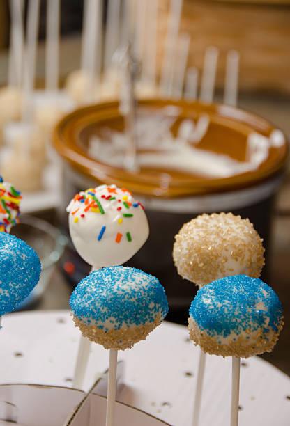 cake pop assembly - crock pot süßigkeiten stock-fotos und bilder