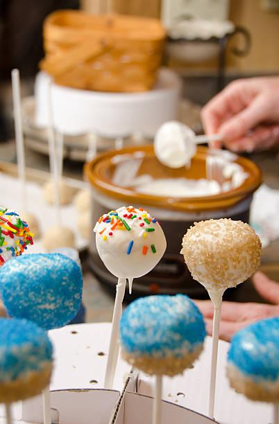 cake pop-prozess - crock pot süßigkeiten stock-fotos und bilder