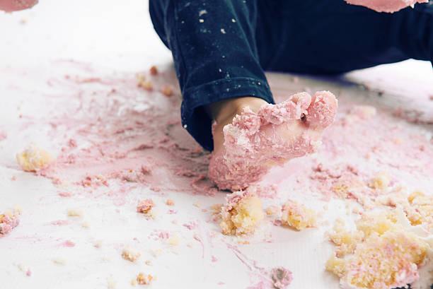 kuchen smash - windel partys stock-fotos und bilder