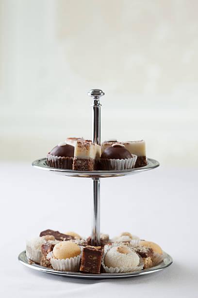 kuchenstand mit kleinen kleine kuchen - cupcake türme stock-fotos und bilder