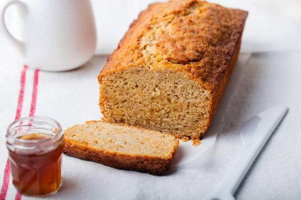 kuchen, tee-brot mit marmelade und sahne auf ein textil weißer hintergrund. - brottorte stock-fotos und bilder