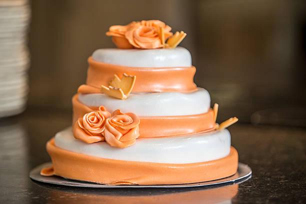 kuchen-top - orange hochzeitstorten stock-fotos und bilder