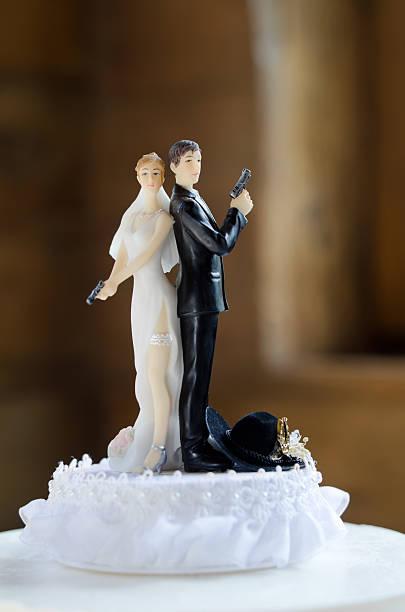 cake topper braut und bräutigam - tortenfiguren stock-fotos und bilder