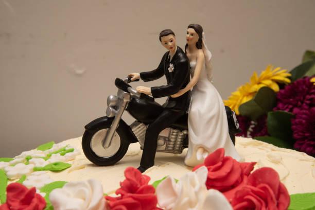 kuchen topper: braut und bräutigam sitzen auf einem motorrad - tortenfiguren stock-fotos und bilder
