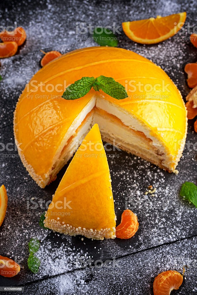 Cake witch Orange mousse, Mandarin saucea and fruit foto royalty-free