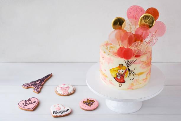 kuchen mit einem kleinen mädchen fliegen auf ballons in form von süßigkeiten auf weißem hintergrund. - prinzessinnen torte stock-fotos und bilder