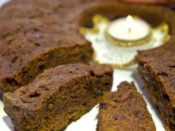 kuchen mit kerzen - löcherkuchen stock-fotos und bilder