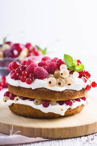 Kuchen mit Frischkäse und frischen Beeren – Foto