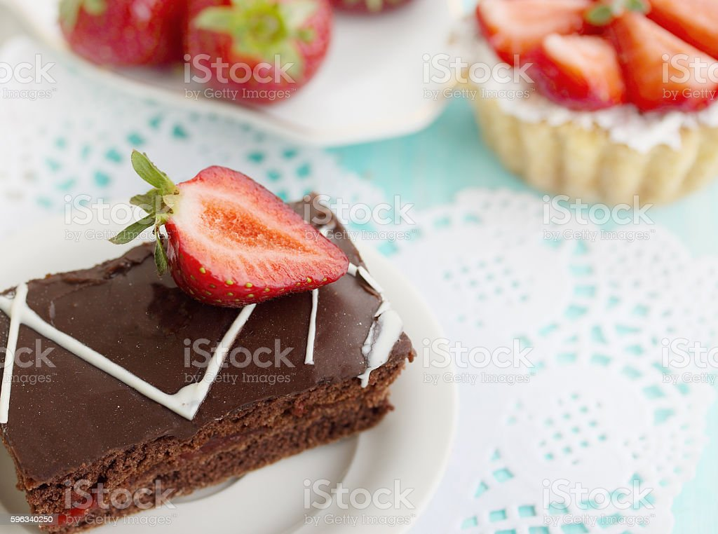 cake with dark chocolate and strawberries Lizenzfreies stock-foto