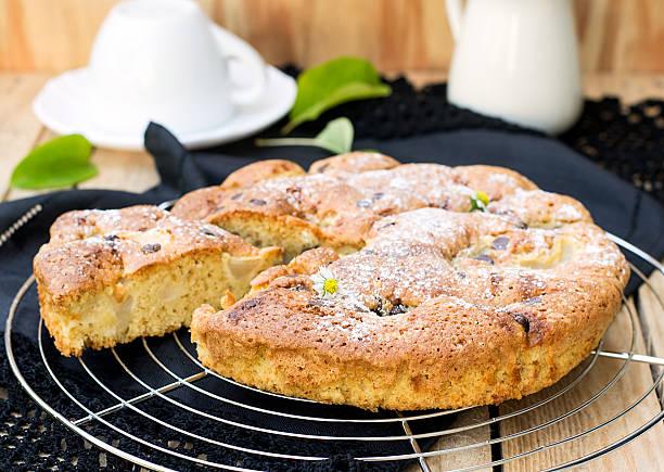 kuchen mit birnen und schokolade-chips - schokoladen biskuitkuchen stock-fotos und bilder