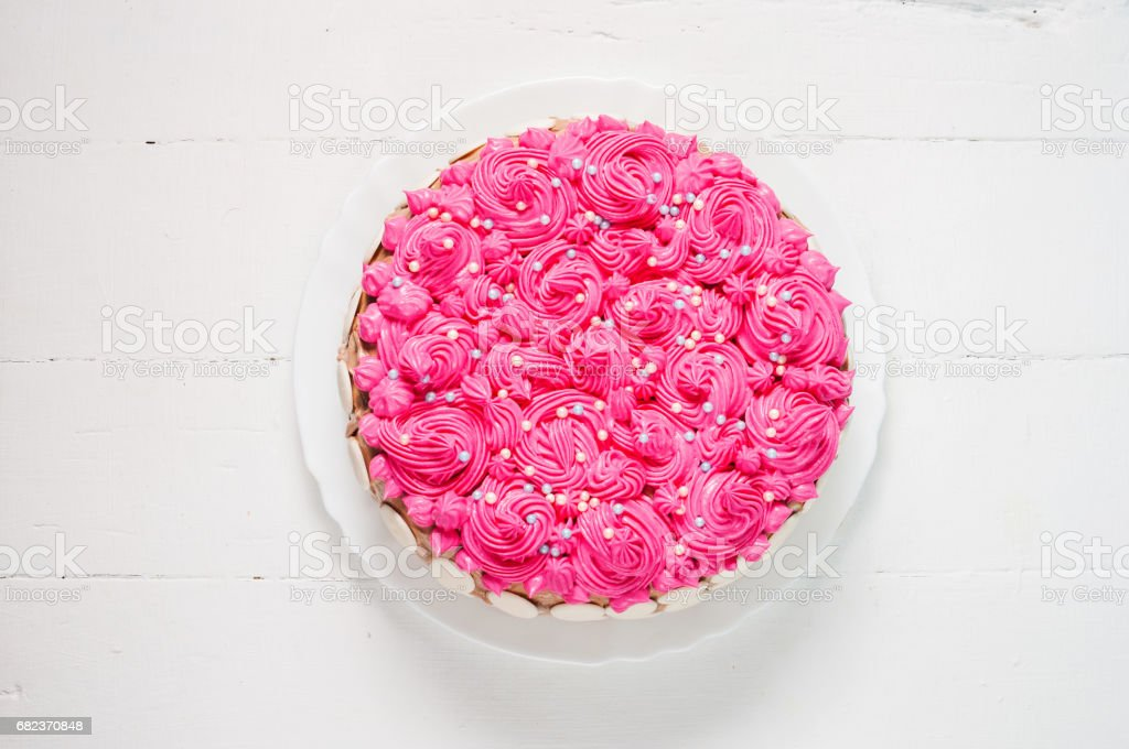 Cake with pink cream on white wood background. Pink cake foto stock royalty-free