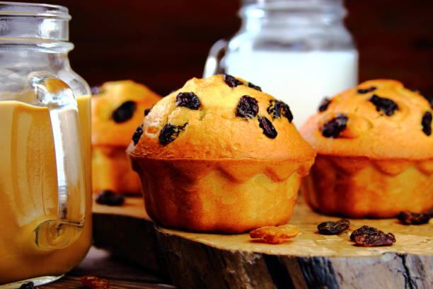 kuchen mit rosinen und milch - heiße schokoladen cupcakes stock-fotos und bilder