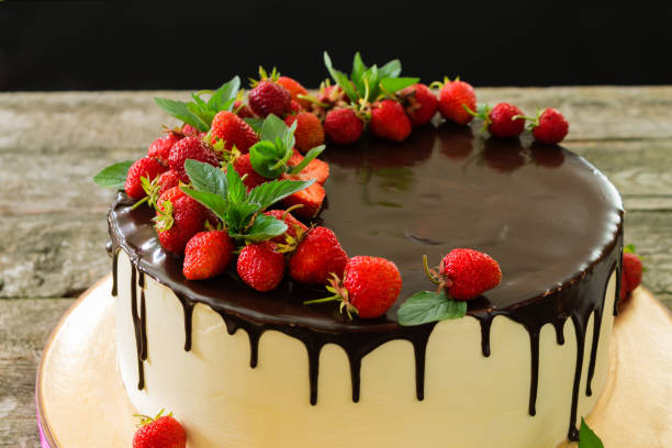 Cake with strawberries and mint closeup on a wooden table - fotografia de stock
