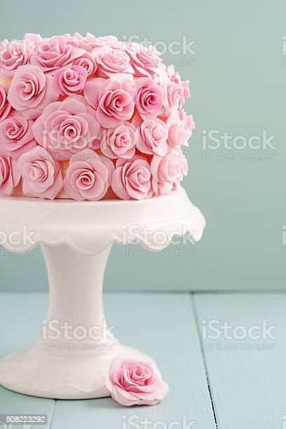 Cake with sugar roses picture id508223292?b=1&k=6&m=508223292&s=612x612&h=vizghhfoz7swdpv4 1hvyodvagzbfkyprjmf7swefwk=