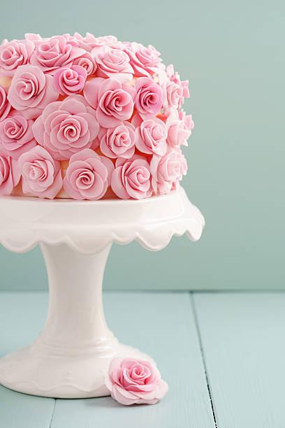kuchen mit zucker rosen - rosentorte stock-fotos und bilder