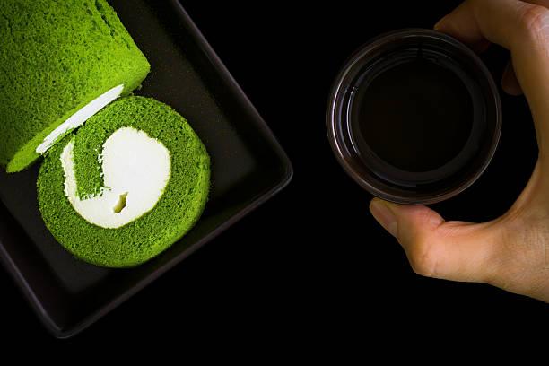 kuchen mit tee hintergrund/kuchen und tee - grüntee kuchen stock-fotos und bilder