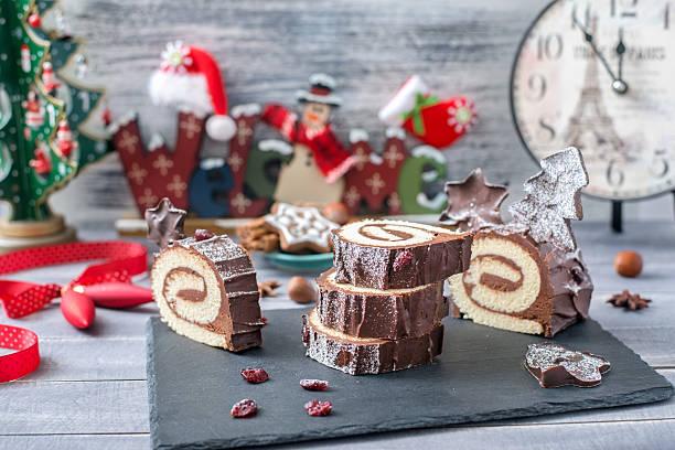 cakes bush de noel christmas log on new year background - weihnachten de stock-fotos und bilder