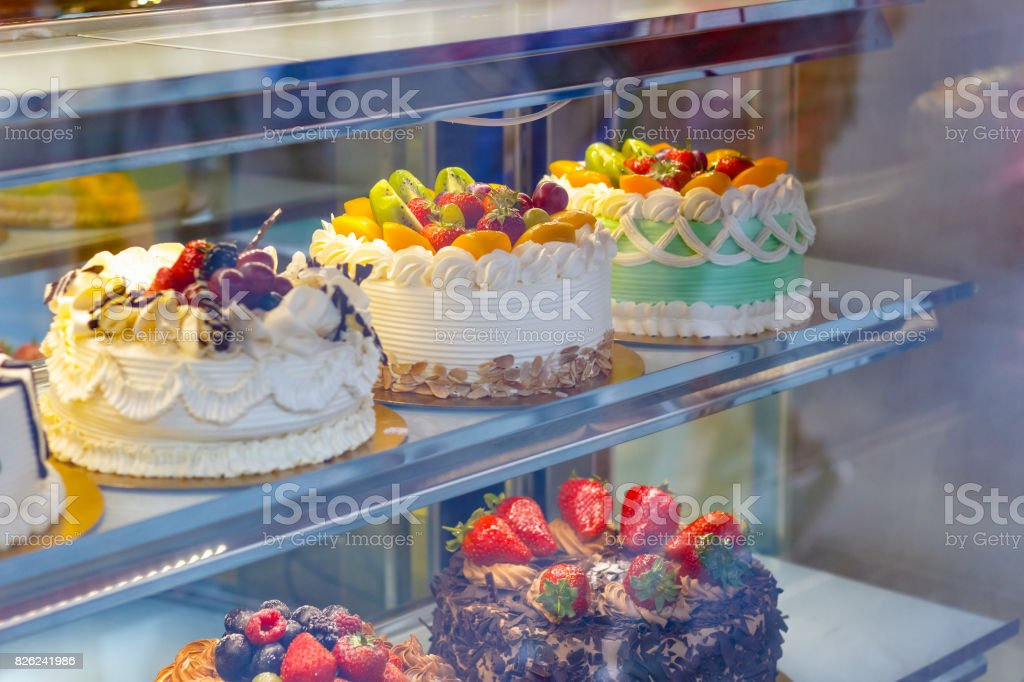Bolos em exposição em uma loja de padaria em Chinatown de Londres - foto de acervo