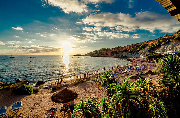 cala d'hort praia ao pôr do sol - ibiza imagens e fotografias de stock