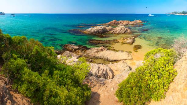 plage de cala treumal à lloret de mar, espagne. belle plage d'été dans la station balnéaire de costa brava - paysage mois de mars photos et images de collection