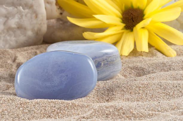 calcedony hälfte wertvolle stone. garantiert authentische - chalzedon stock-fotos und bilder