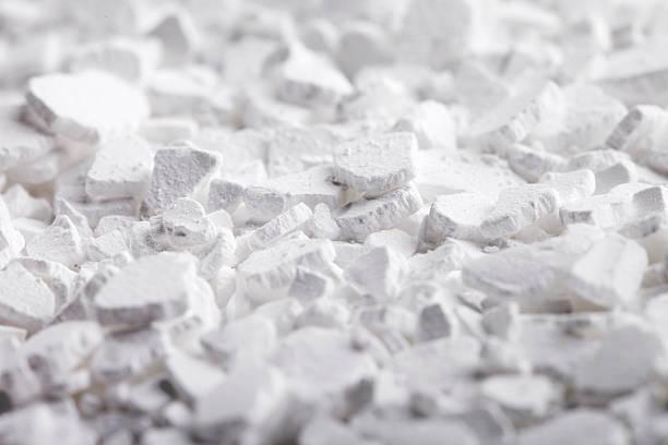 calcium chloride flakes - calcium stockfoto's en -beelden