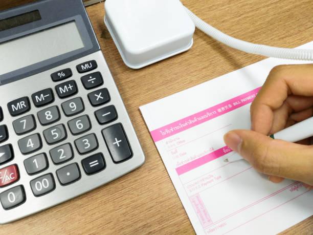 berechnen sie die zahlung und ausfüllen des formulars (thai-dokument) - gefüllte bon bons stock-fotos und bilder