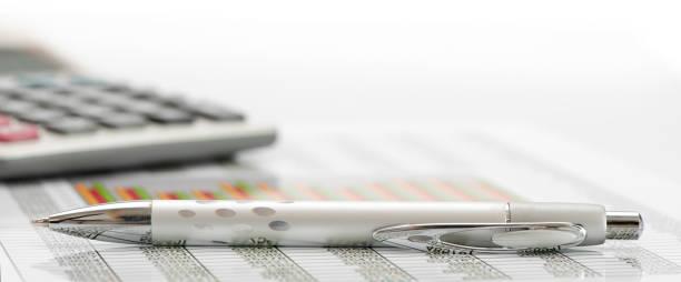 Taschenrechner und Kugelschreiber Verlegung auf Finanzgeschäfte Diagramm – Foto
