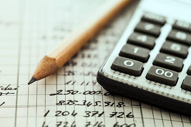 Calculadora e lápis - foto de acervo