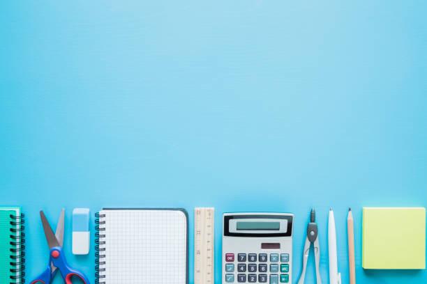 taschenrechner, notizbuch, stift, schere und anderen büro oder schule liefert auf einem tisch. leeren platz für text auf blauem hintergrund. bildungskonzept. flach zu legen. - unterrichtsplanung vorlagen stock-fotos und bilder